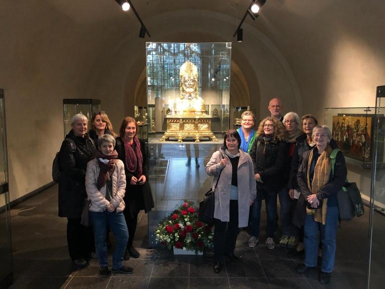 De 'delegatie' uit Berlijn poseert bij het Servatiusborstbeeld met de voorzitter van het stichtingsbestuur Schatkamer Sint Servaas, mr. dr. T.J. van Rensch